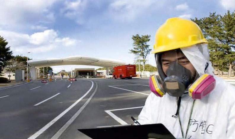Vor dem Tor zum TEPCO-AKW in Fukushima (Photo: MORIMIZU Takashi)