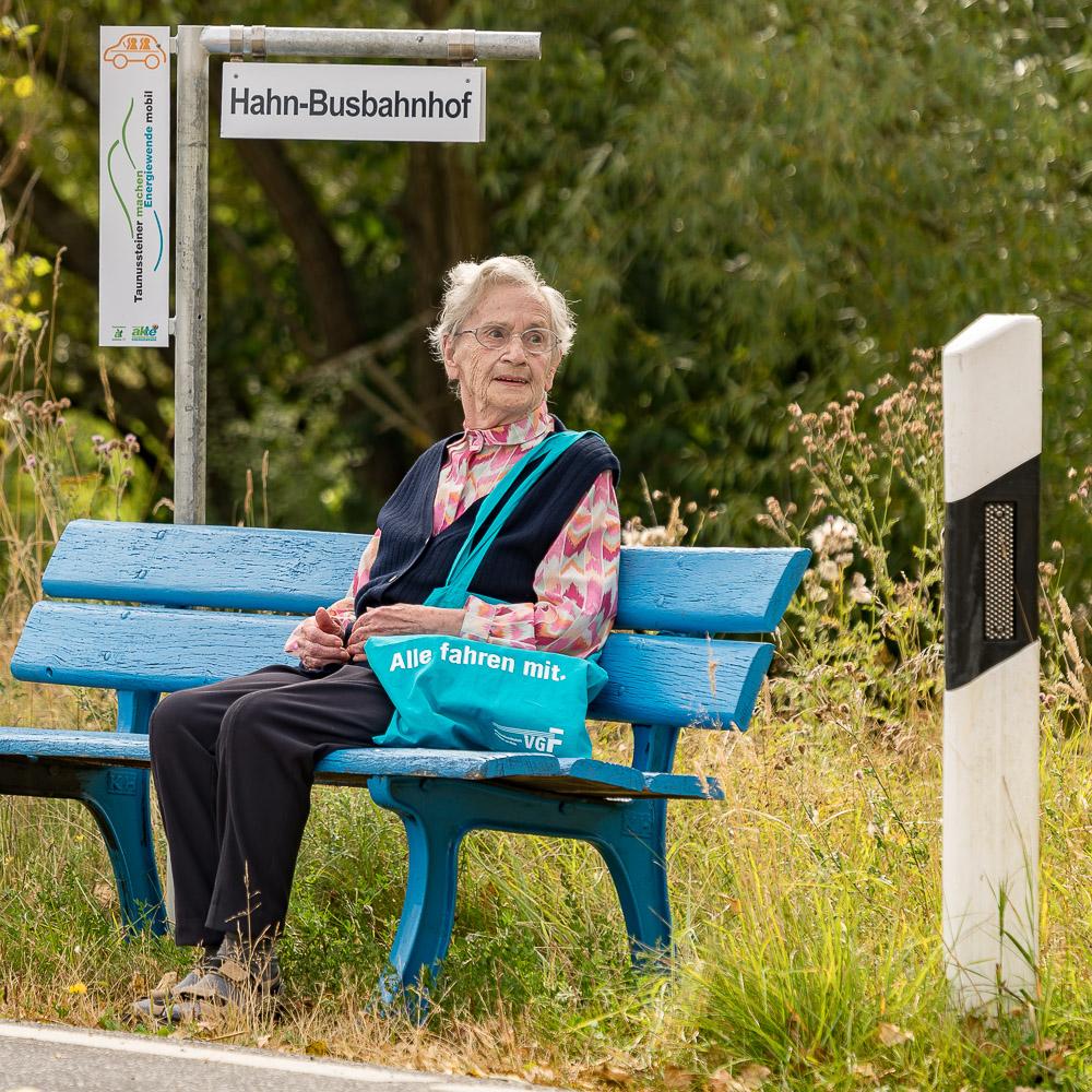 Jung und Alt nutzen inzwischen die Mitfahrbänke in Taunusstein